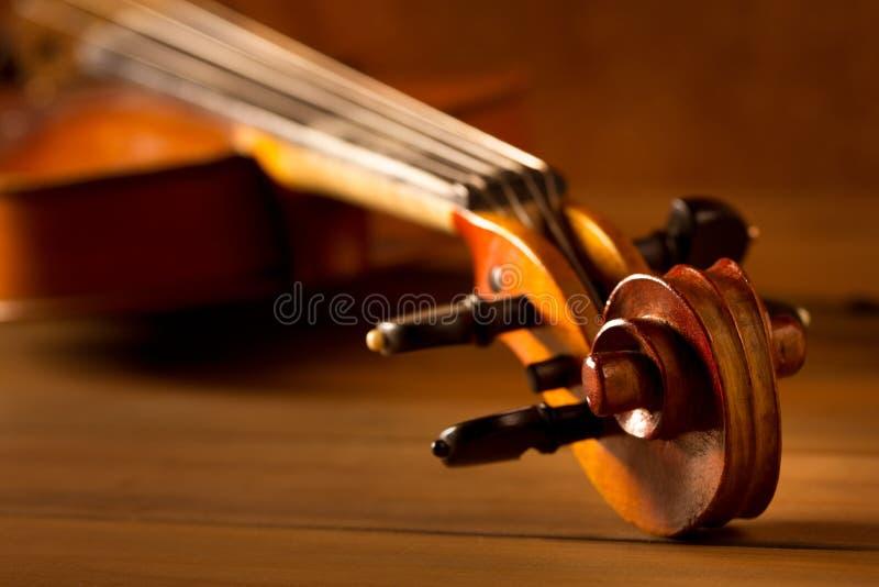 Tappning för klassikermusikfiol i träbakgrund arkivbild