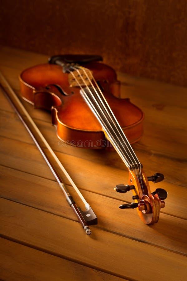 Tappning för klassikermusikfiol i träbakgrund royaltyfri foto