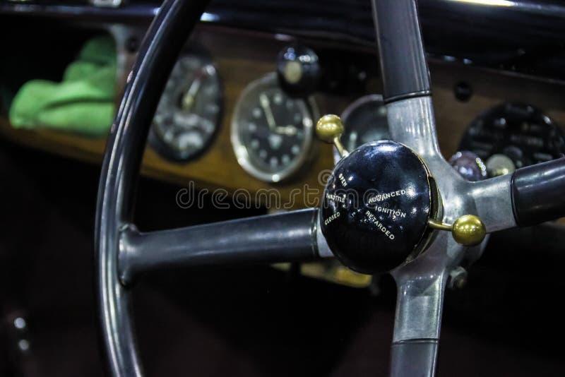 tappning för sepia för bilbil retro Bentley instrumentbräda arkivfoton