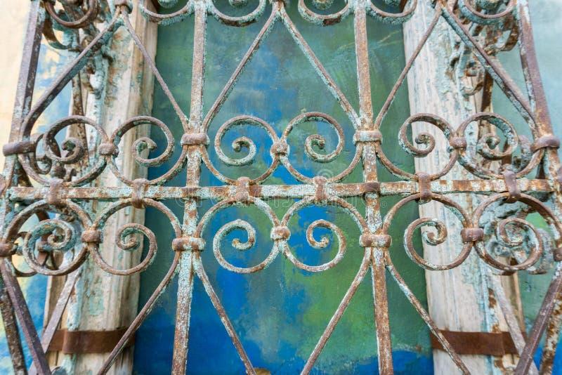 Tappning förfalskade järnprydnader; färgrik väggbakgrund, Kalifornien arkivfoto