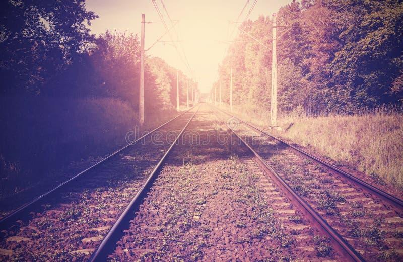Tappning filtrerad bild av järnvägspår royaltyfria bilder