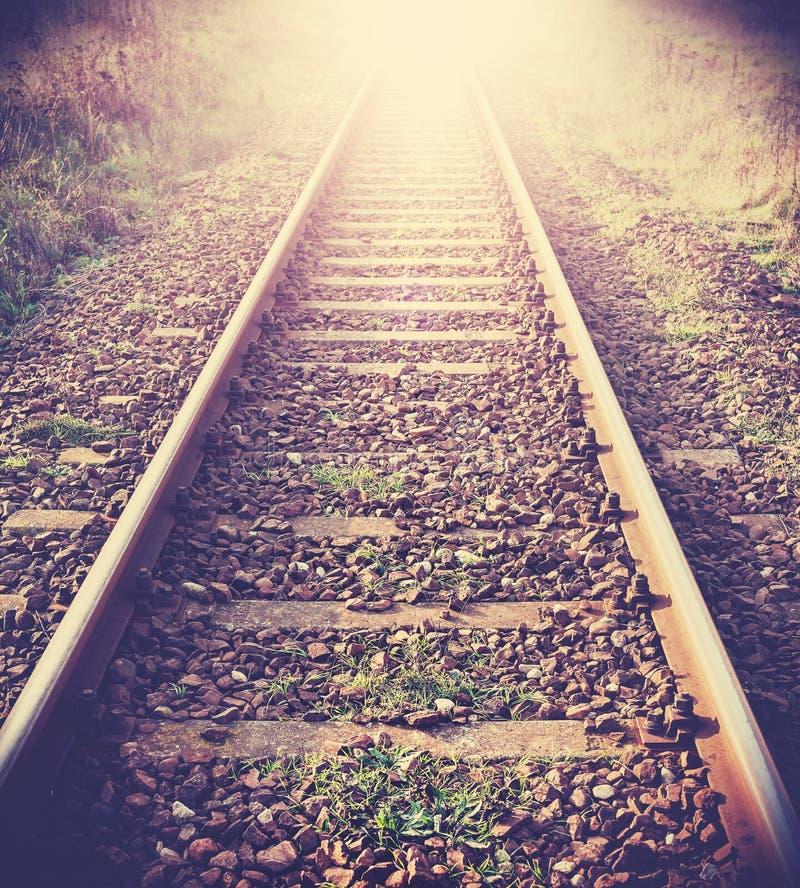 Tappning filtrerad bild av järnvägsspår arkivbilder