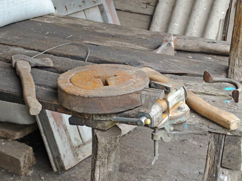 Tappning gamla snickerihjälpmedel arkivfoton