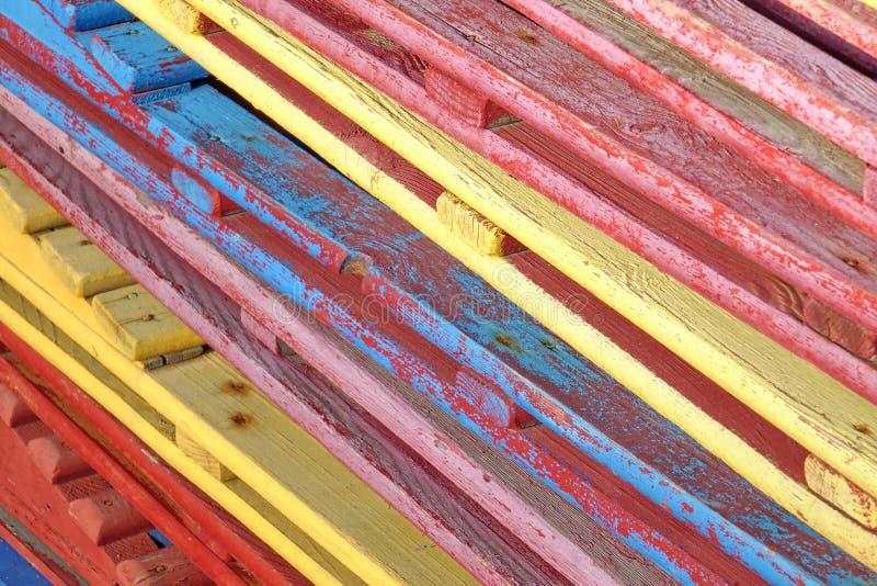 Tappning gamla träred ut Sunbeds med sprucken målarfärg i bunt royaltyfri foto