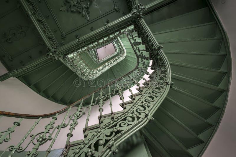 Tappning grön spiral trappuppgång royaltyfri foto