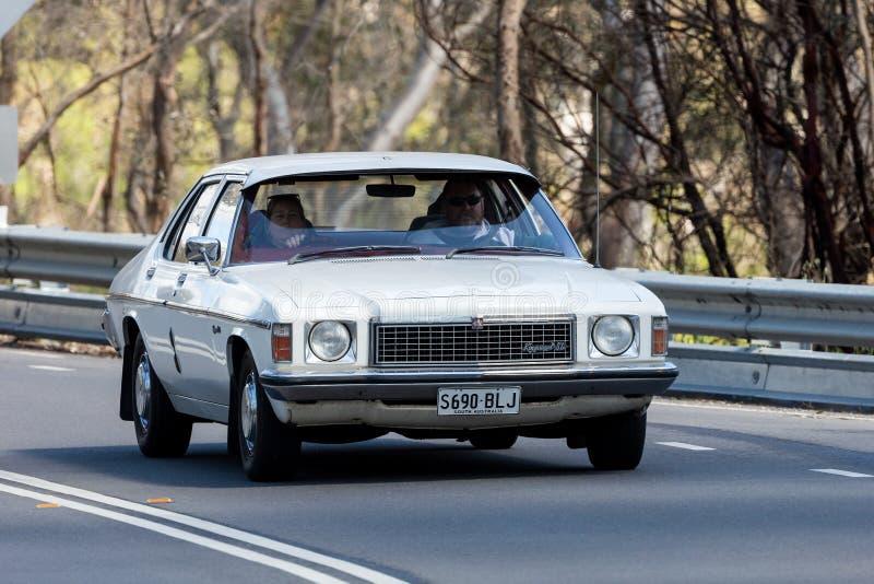 Tappning Holden Kingswood SL som kör på landsvägen royaltyfri foto