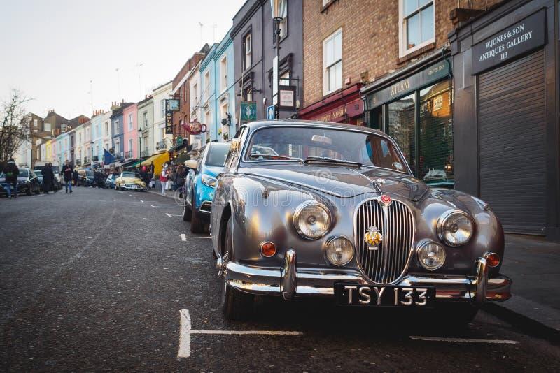 Tappning Jaguar som parkeras i den Portobello vägen i Notting Hill London UK, Juli 2017 royaltyfria foton