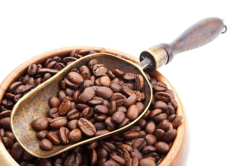 Tappning kammar hem med kaffebönor som isoleras på vit arkivbilder