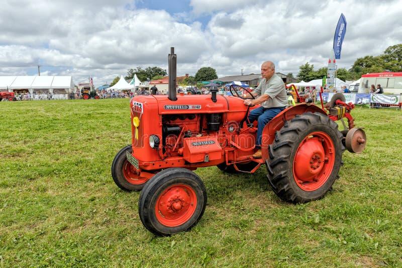 Tappning Nuffield 10/42 traktor royaltyfri fotografi