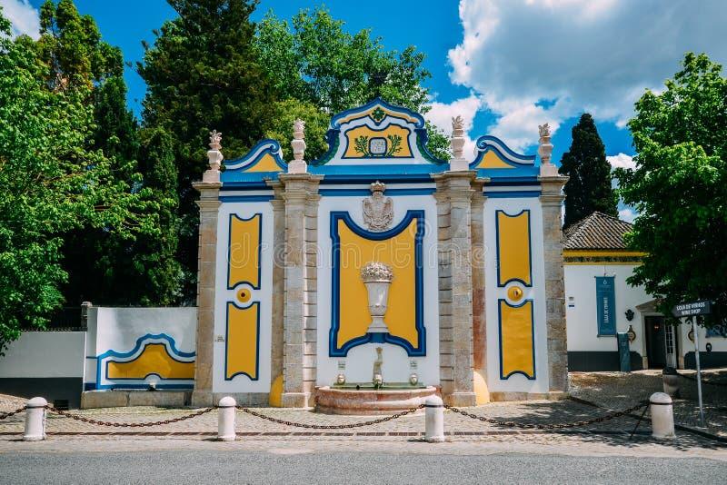 Tappning och färgrik stenspringbrunn i den Azeitao byn, Setubal, Portugal royaltyfria foton