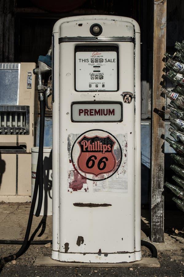 Tappning och retro bränslepump på bensinstationen arkivfoton