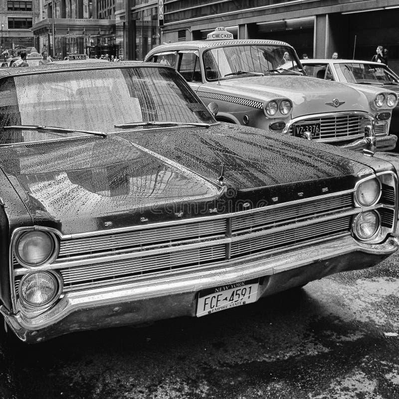 Tappning Plymouth och taxi royaltyfria foton