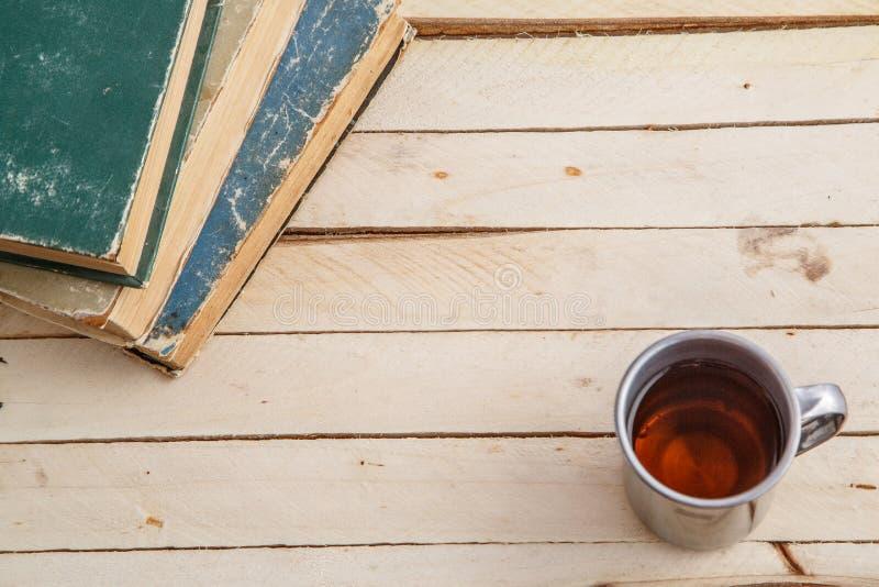 Tappning rånar med drink- och tappningböcker på träbakgrund Top beskådar royaltyfria bilder