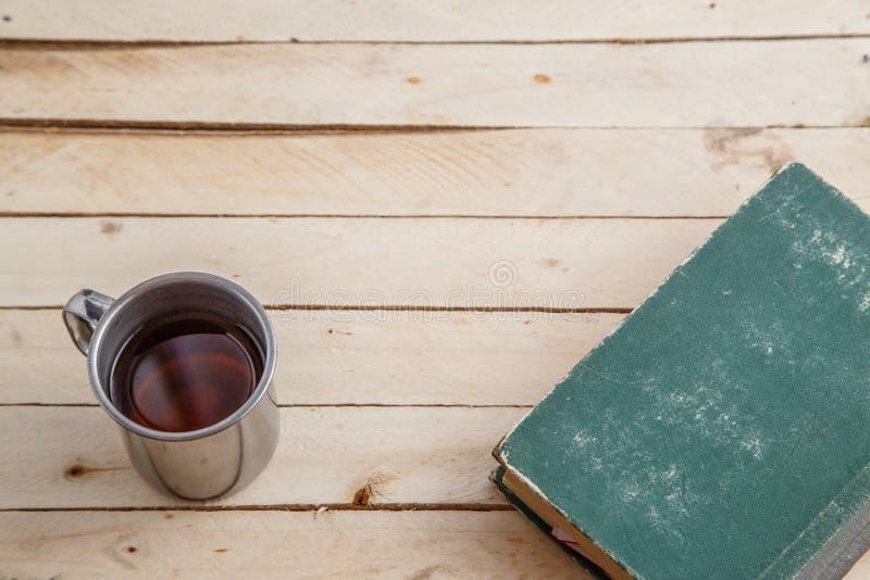 Tappning rånar med drink- och tappningböcker på träbakgrund Top beskådar arkivbilder