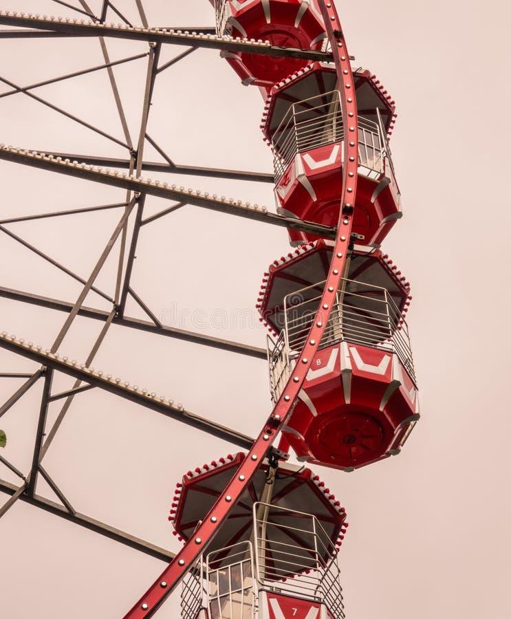 Tappning röda Ferris Wheel royaltyfri bild