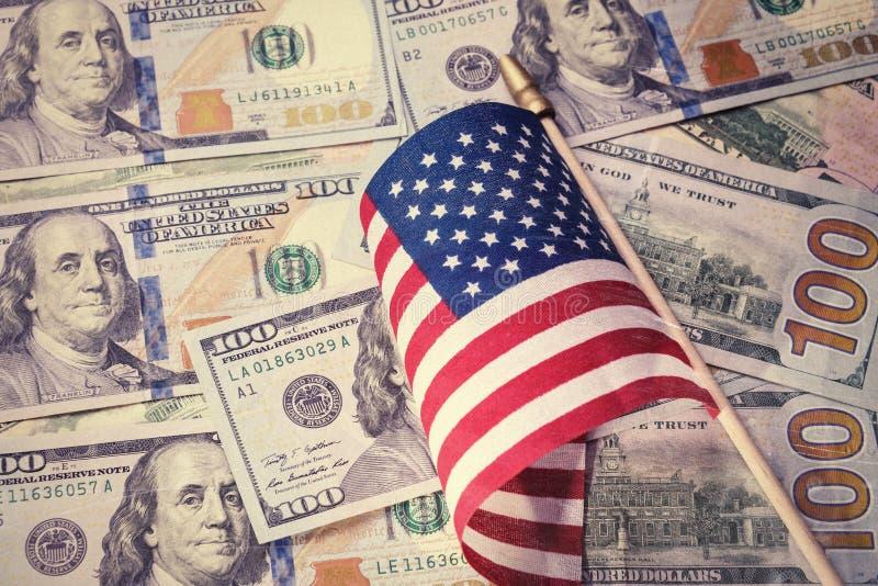 Tappning retro blick Amerikanska flaggan på bakgrund för US dollarräkningar finansiellt begrepp royaltyfri foto