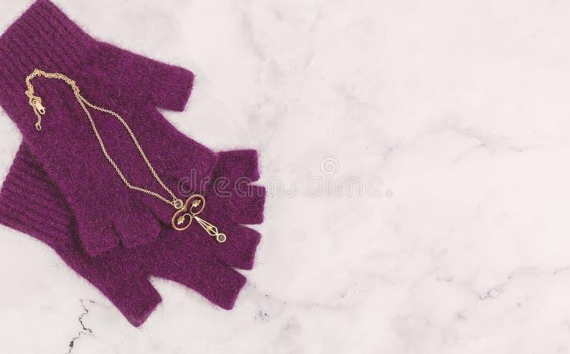 Tappning Rose Gold Delicate Filigree Pendant med blåa stenar arkivbilder
