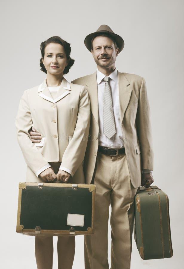 Tappning som älskar par som lämnar för bröllopsresa arkivbilder
