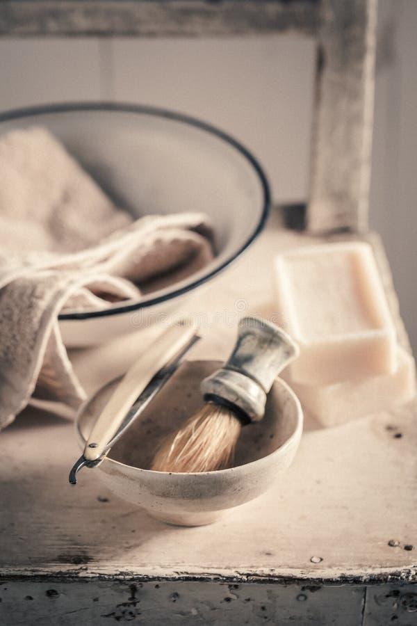 Tappning som rakar uppsättningen med skum, rakkniven och borsten arkivbild