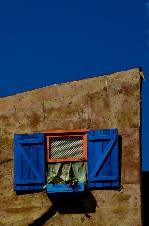 Tappning stiliserat fönster med detaljer som är som påminner om av någon gammal tid och värme hemma på ett gammalt hus i Is fotografering för bildbyråer