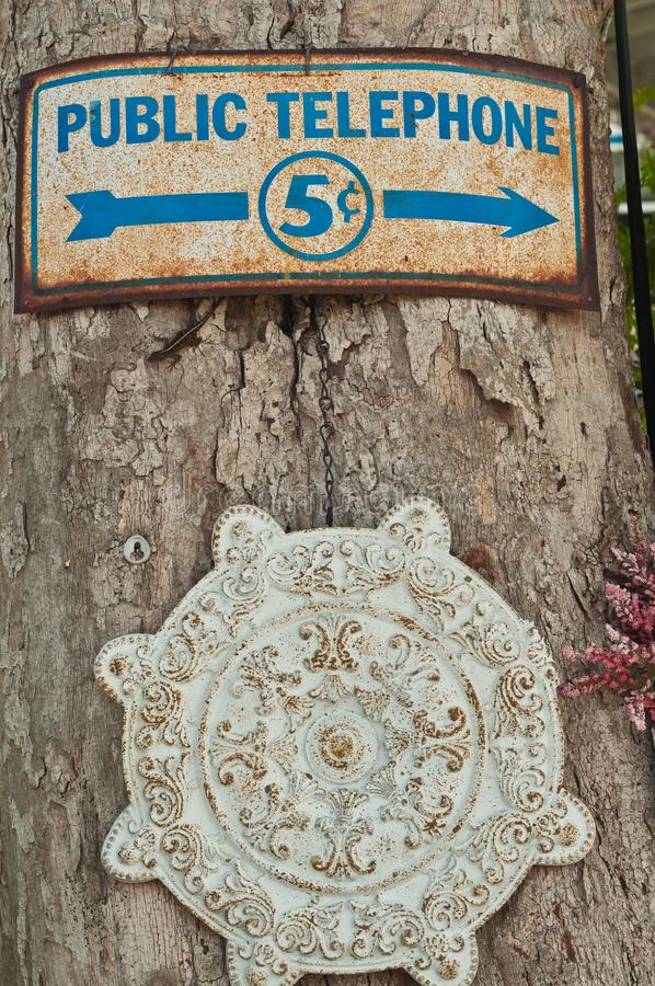 Tappning, telefontecken med en pil för riktning och fem cent kostnad fotografering för bildbyråer