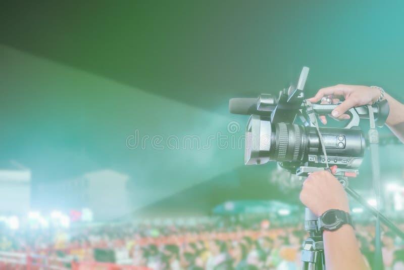 Tappning tonad bild av den yrkesmässiga inspelningvideoen för digital kamera i musikkonsertfestival royaltyfri fotografi