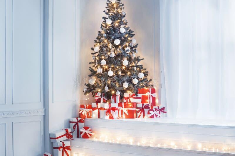 Tappning utformade inre med en julgran Begrepp för vinterferier royaltyfri foto