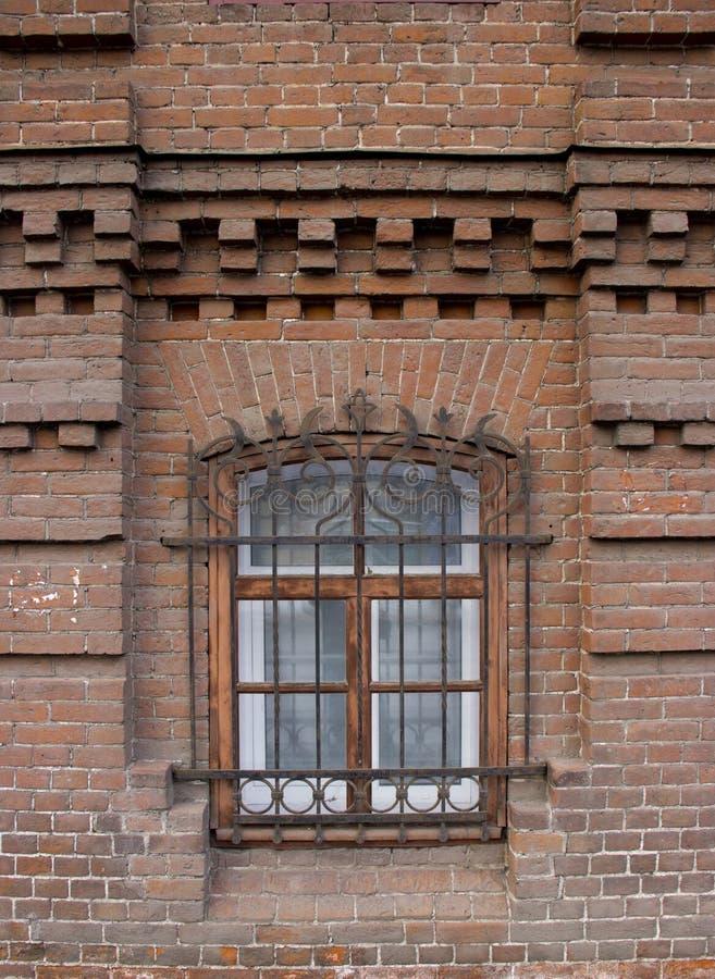 Tappning Windows i ett tegelstenhus arkivbilder