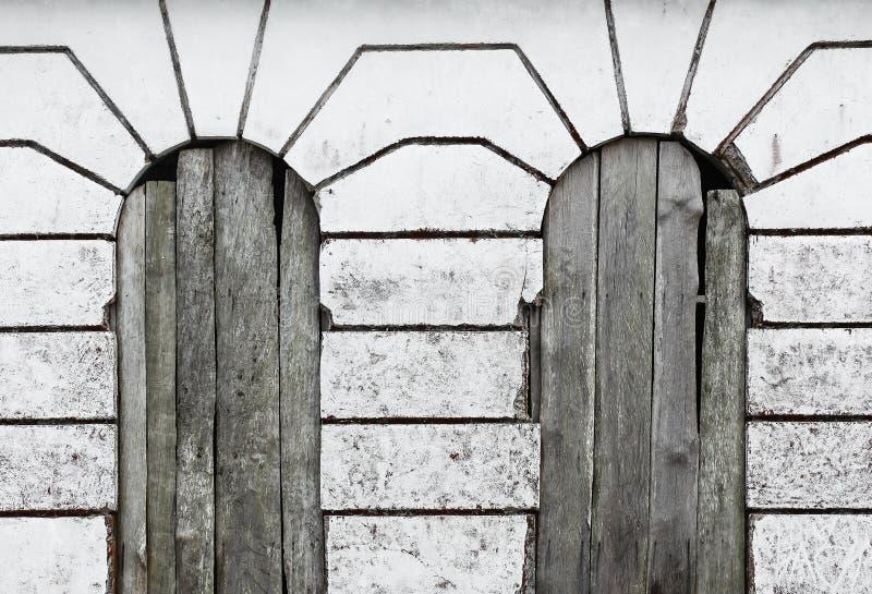 Tappning Windows, linjer, trä och betong royaltyfri foto