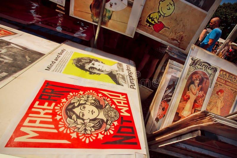 Tappningaffischer av filmer på försäljningen av loppmarknaden royaltyfri foto