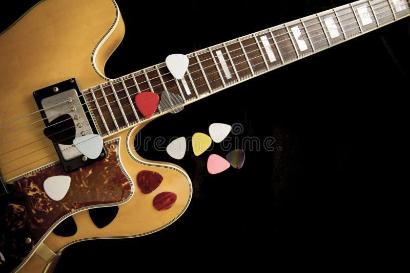 Tappningarchtopgitarr i naturlig lönnnärbild från över på svart bakgrund med olika hackor fotografering för bildbyråer
