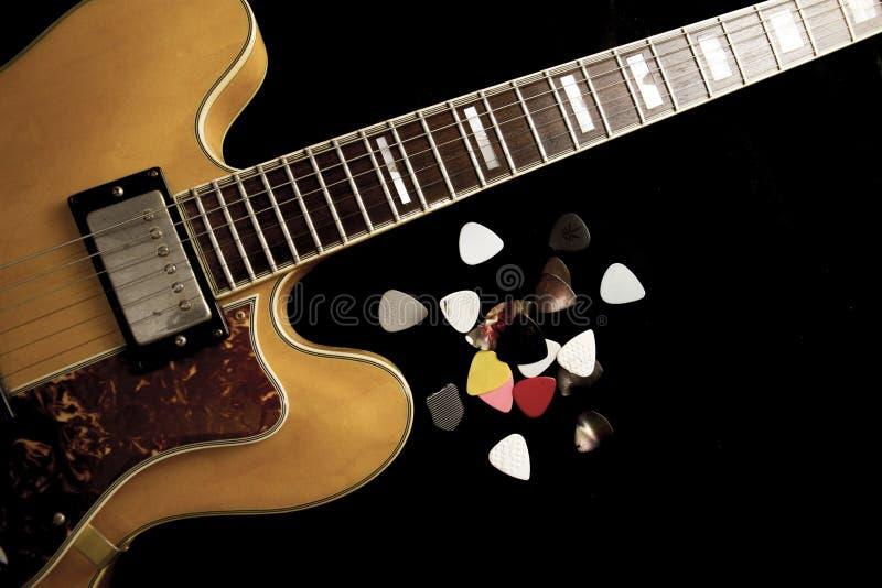 Tappningarchtopgitarr i naturlig l?nnn?rbild fr?n ?ver p? svart bakgrund med olika hackor arkivbilder