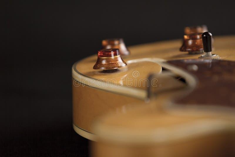 Tappningarchtopgitarren i naturlig sikt för hög vinkel för lönnnärbild på svart bakgrund, kontrollerar detaljen i selektiv fokus fotografering för bildbyråer