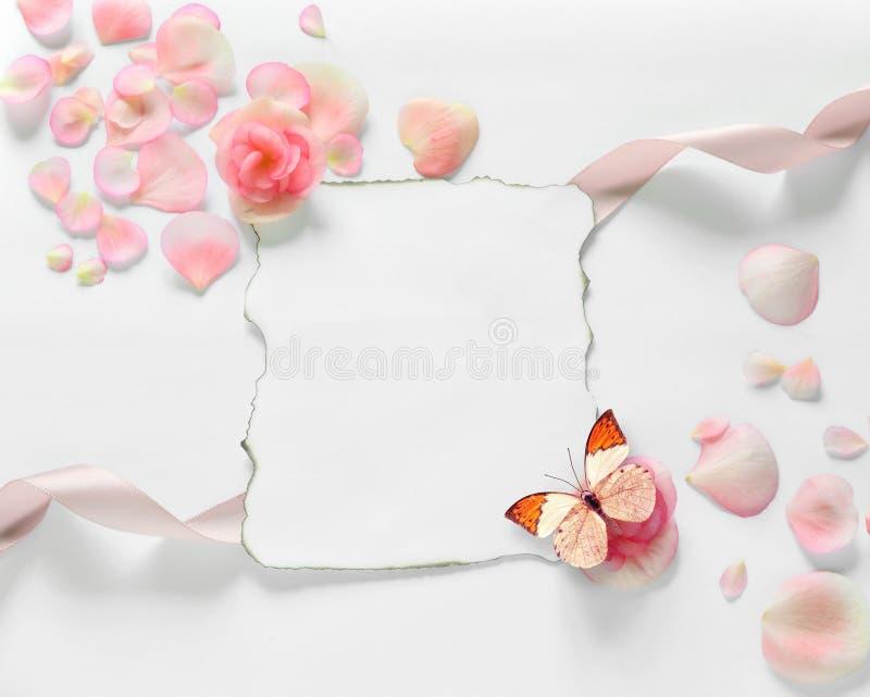 Tappningbakgrund med papper-ramen och kronblad för lyckönskan arkivbilder