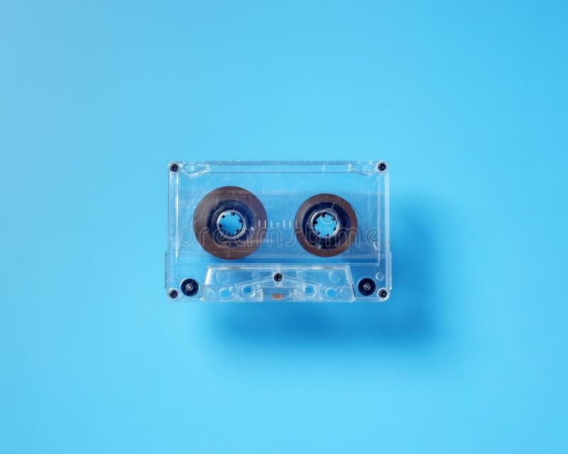 Tappningbandkassett på blå bakgrund royaltyfria bilder