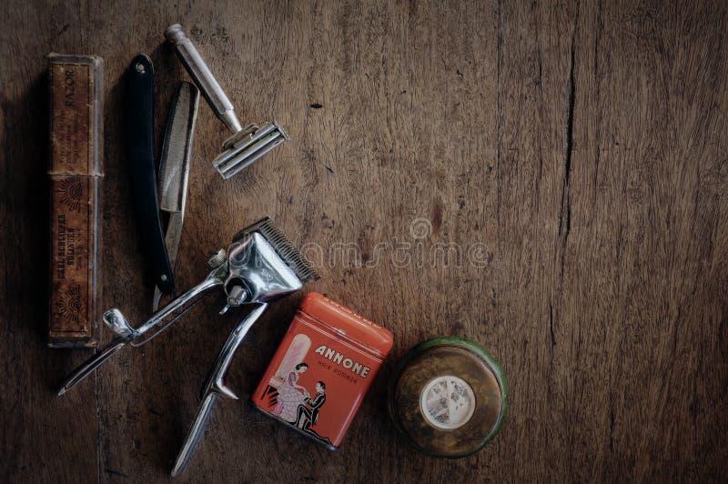 Tappningbarberaren shoppar hjälpmedel på trätexturbakgrund arkivbild