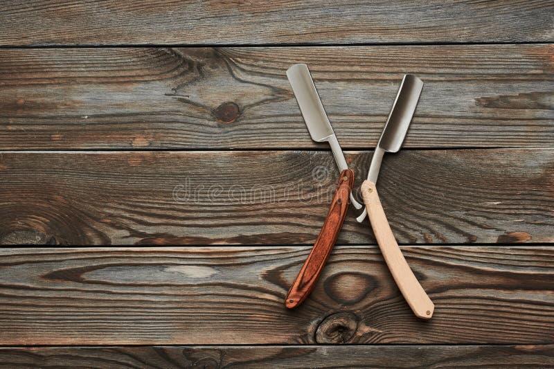 Tappningbarberaren shoppar hjälpmedlet för den raka rakkniven på träbakgrund arkivbilder