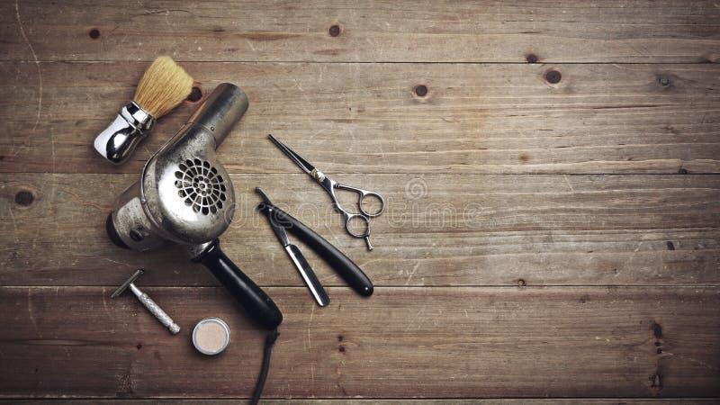Tappningbarberareutrustning på det wood skrivbordet med stället för text royaltyfri fotografi
