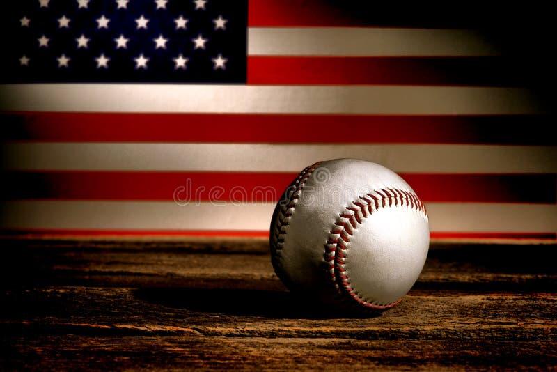 Tappningbaseballboll och patriotisk amerikanska flaggan royaltyfria foton