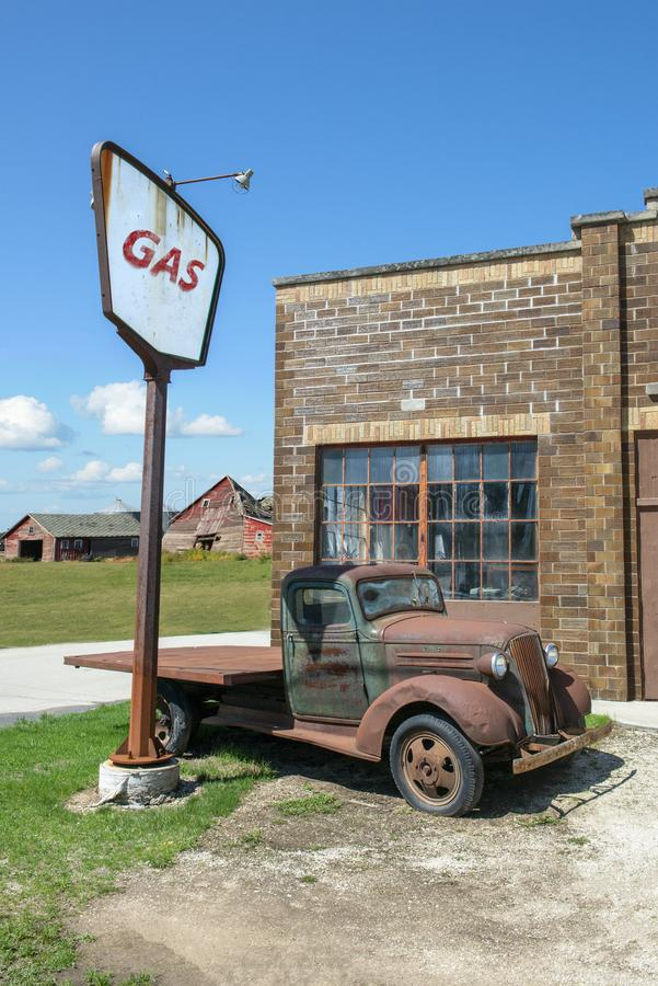 Tappningbensinstation, antik lastbil, lantgård royaltyfri bild