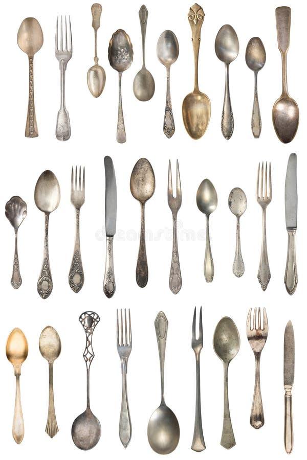 Tappningbestick, antika skedar, gafflar, knivar, slev, kakaskyfflar som isoleras p? isolerad vit bakgrund antik silverware arkivfoton