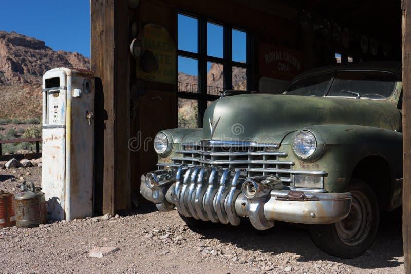 Tappningbil i gammalt garage royaltyfri foto