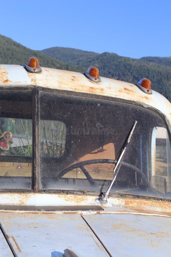 Tappningbilar rostar på huv- och huvudljusen royaltyfri fotografi