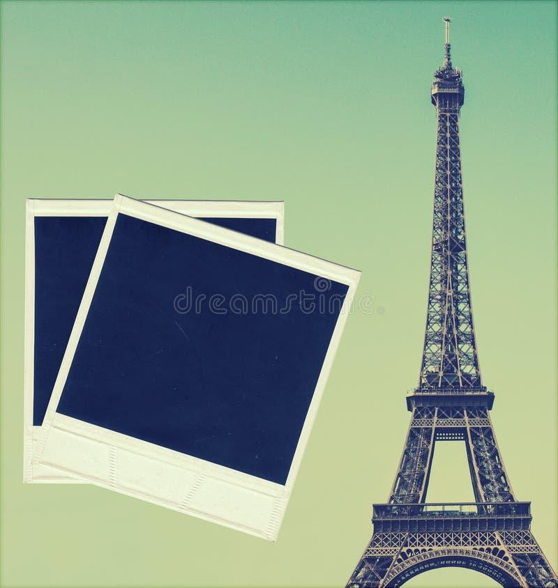 Tappningbild av Eiffeltorn och tomma fotoramar royaltyfri fotografi
