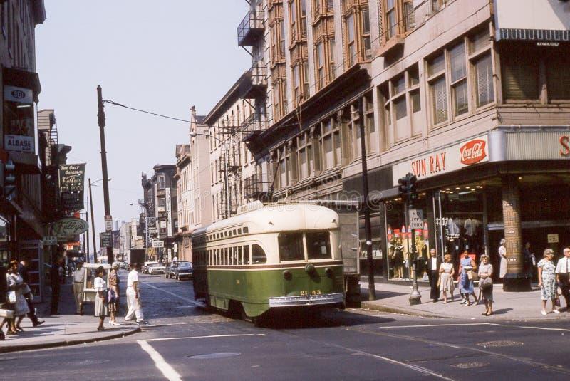Tappningbild av en buss i det Germantown avsnittet av Philadelphia, PA fotografering för bildbyråer