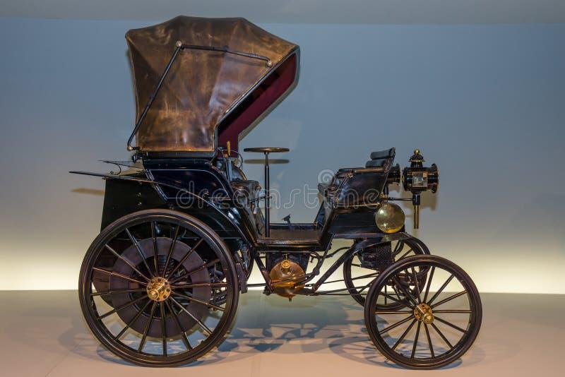 TappningbilDaimler Riemenwagen kraft - a - kraft (Daimler dendrivande bilen), 1896 royaltyfria bilder