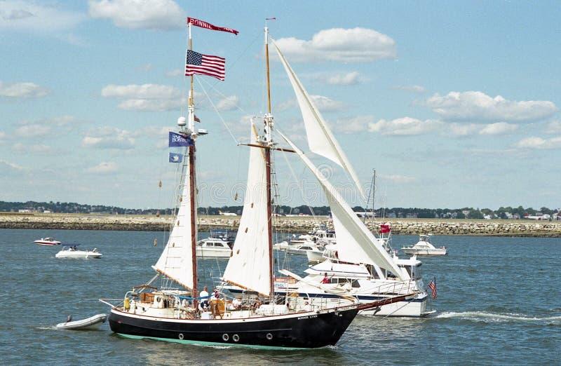 Tappningbilden av fartyg som väntar på ståta av Sail för att börja på 2000, seglar Boston royaltyfri fotografi