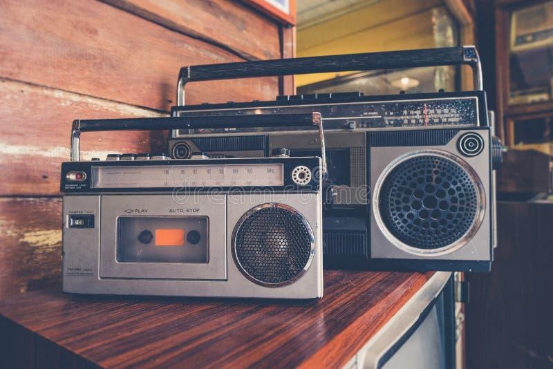 Tappningbildstil på antik elektrisk retr för radiobandkassett royaltyfria foton