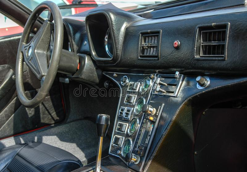 Tappningbilinre - instrumentbräda och växelspak för styrhjul royaltyfri fotografi