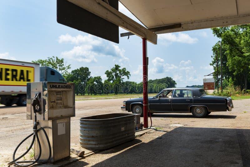 Tappningbilparkerd på en gammal bensinstation längs USA-huvudväg 61, i Sibley, Mississippi arkivfoto